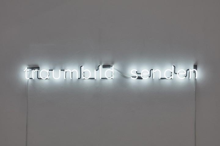 neon anagram Berndnaut Smilde -Traumbild Senden